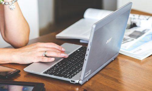 Przy zakupie laptopa do pracy do 1000 zł należy koniecznie wybierać modele z dyskiem SSD.